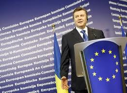 На Януковича чуть не упал баннер ЕС