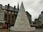 В Бельгии создали Новогоднюю елку из ненужной посуды