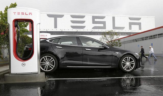 Акции Tesla взлетели выше $300