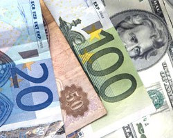 На наличном рынке дешевеет евро