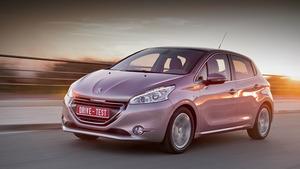 Радуемся вместе с родителями появлению малыша Peugeot 208