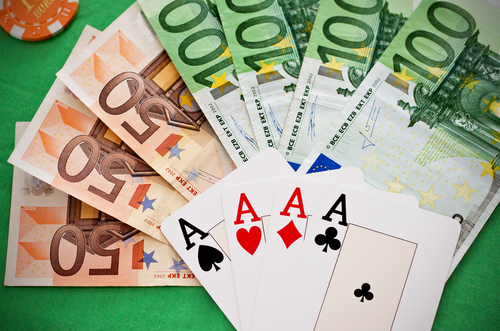 Когда следует играть в покер на виртуальные деньги?