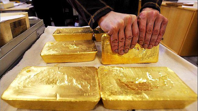Золото дешевеет на неоднозначном внешнем фоне