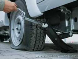 Как доехать до дома, если прокололи шину, а запаски - нет