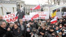 Перед годовщиной Смоленской катастрофы в Варшаве сожгли чучело Путина