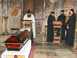 Священники устроили битву за покойников