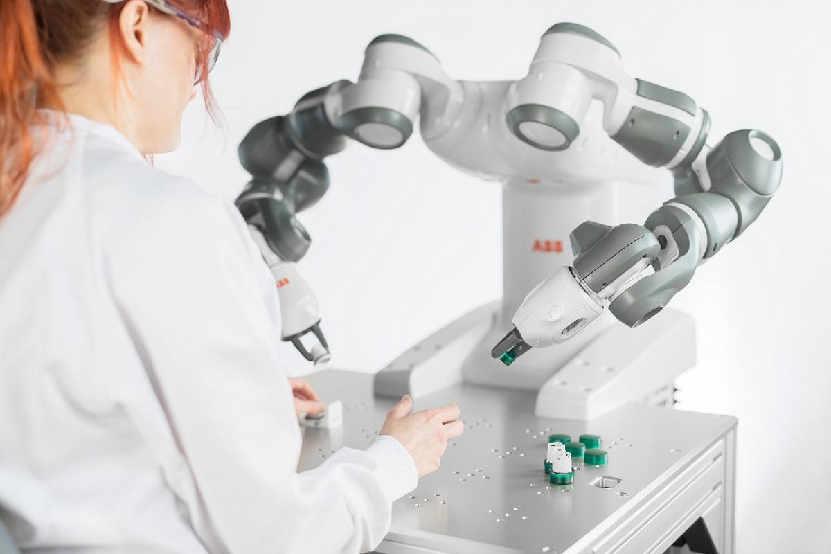 Робот YuMi от АББ, который сотрудничает с человеком, признан «Лучшим промышленным роботом 2016»
