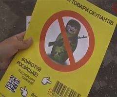 Покупателей в Херсоне напугают вооруженной матрешкой