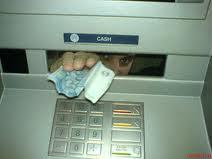 Чем бывают опасны банкоматы и как вернуть свои деньги