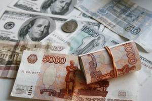 Рубль снизился к доллару и евро в понедельник