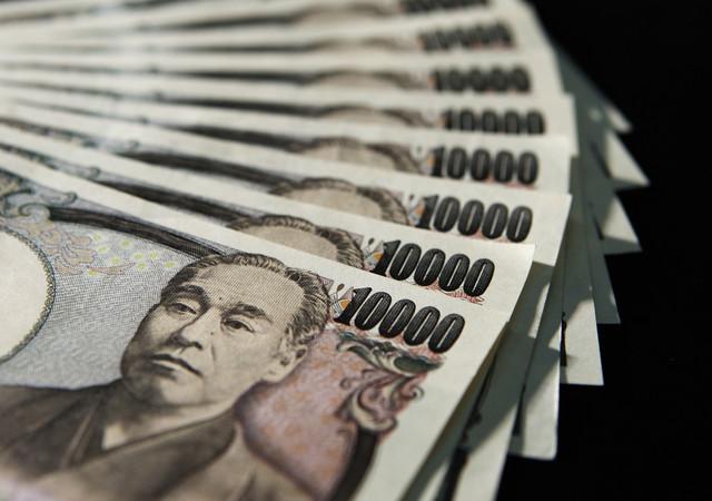 Иена укрепляется к доллару на фоне роста спроса на безопасные активы