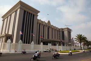 Правительство Камбоджи блокирует банковские транзакции
