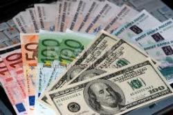 Наличную валюту скупают миллиардами