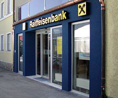 Raiffeisen Bank приостановил кредитование